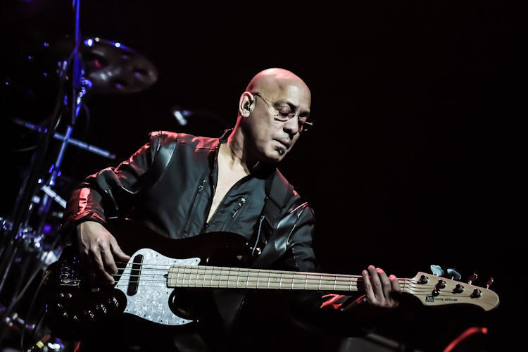 Who is Joe Bonamassa touring with this spring 2014?